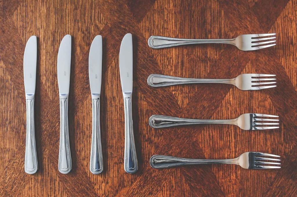 Messer und Gabeln auf Holztisch