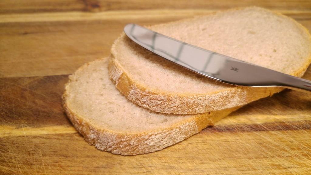 Messer auf zwei Brotscheiben