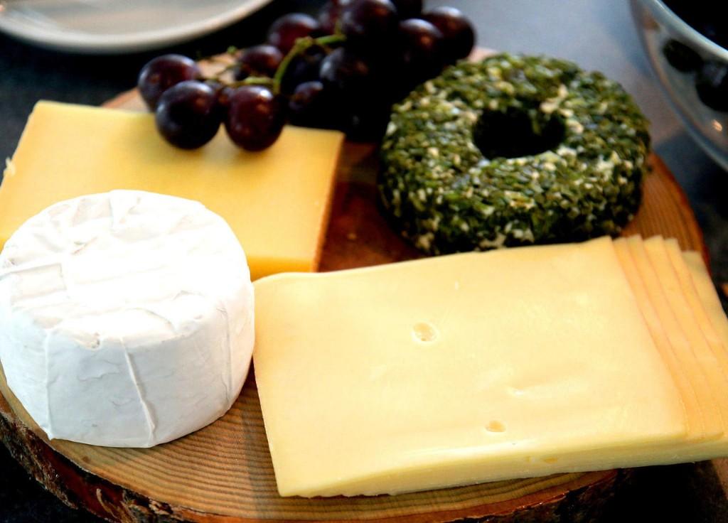 Käselaibe auf einem Tisch